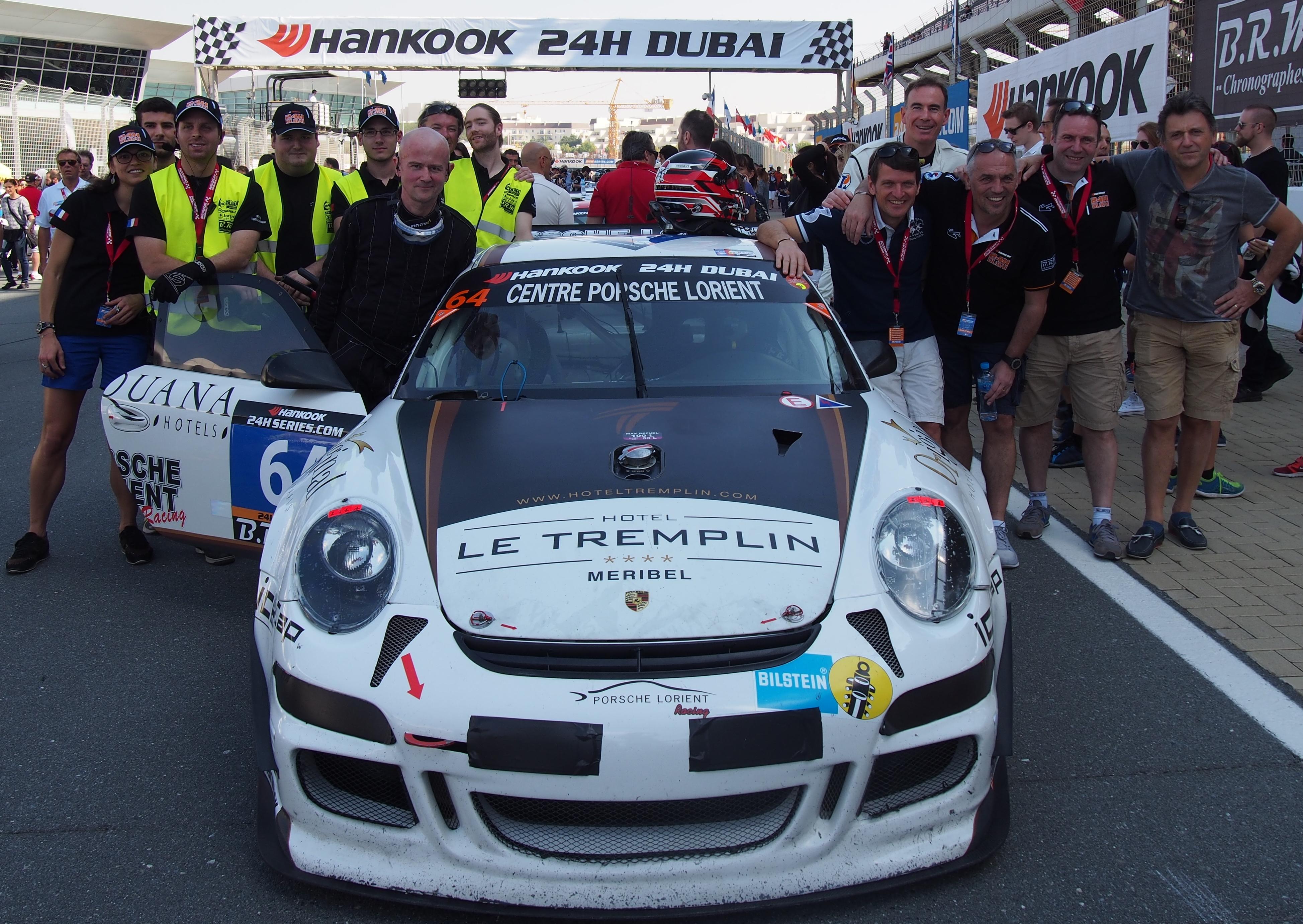 L'équipe technique et l'équipage autour de la Porsche 997 GT3 CUP S n°64 sur la grille de départ